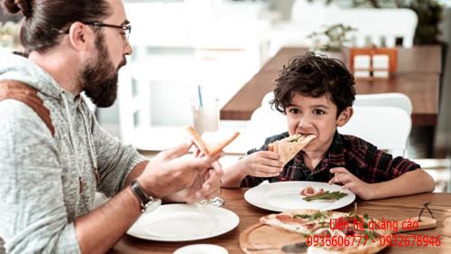 Phụ huynh có nên ăn trưa với con ở trường?