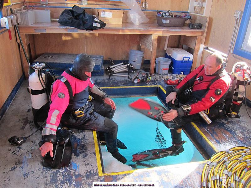 Cũng ngâm mình trong làn nước rét căm là các nhà khoa học, nhưng họ lại mang theo sứ mệnh khám phá hệ sinh quyển Nam Cực.